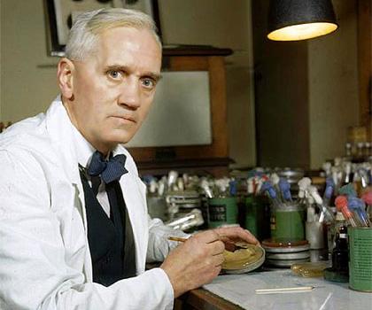 En 1928, Alexander Fleming, descubre la penicilina, con ésta se inicia la era de los antibióticos, sustancias que han aumentado los índices de esperanza de vida en casi todo el mundo. La preparación de los antibióticos proviene de la penicilina, no obstante, es importante mencionar que fueron Howard Walter Florey y el bioquímico Ernst Boris Chain quienes iniciaron una investigación detallada y sistemática de los antibióticos naturales y promovieron la fabricación y el empleo médico de la penicilina.