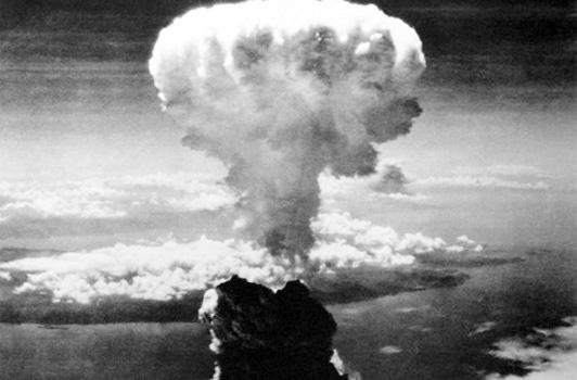 Una bomba atómica es un dispositivo que obtiene una enorme cantidad de energía de reacciones nucleares. […] Se encuentra entre las denominadas armas de destrucción masiva y su explosión produce una distintiva nube en forma de hongo. La bomba atómica fue desarrollada por Estados Unidos durante la II Guerra Mundial, y es el único país que ha hecho uso de ella, en 1945, contra las ciudades japonesas de Hiroshima y Nagasaki. […] Según el mecanismo y el material usado se conocen dos métodos distintos para generar una explosión nuclear: el de la bomba de uranio y el de la de plutonio (Rodríguez, 2015).