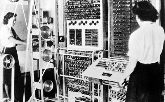 La Colossus, diseñada por Tommy Flowers en 1943, fue la primera computadora eléctrica a gran escala y fue utilizada por el gobierno británico para tratar de romper el código de los mensajes encriptados enviados por los alemanes durante la segunda guerra mundial. La Colossus usaba bulbos para llevar a cabo operaciones Booleanas y cálculos (ManualPC, 2015).