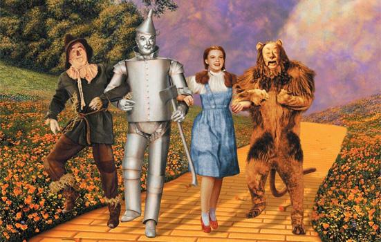 """""""El primer dispositivo utilizado con éxito para capturar imágenes en movimiento a color fue <em>Kinemacolor</em>"""", éste fue inventado en 1906 por George Albert Smith, pionero del cine británico. Más tarde apareció el <em>Technicolor</em>, un proceso de cine en color descubierto en 1916 que ha sido optimizado durante varias décadas y reconocido por su nivel saturado de color; se usó """"para filmar musicales como <em>El mago de Oz</em> (1939) y <em>Cantando bajo la lluvia</em> (1952)"""" (Wikipedia, 2016)."""