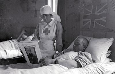 enfermera curando a un herido