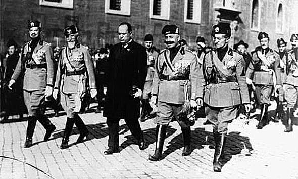 Mussolini y sus camisas negras tras la Marcha sobre Roma, 1922