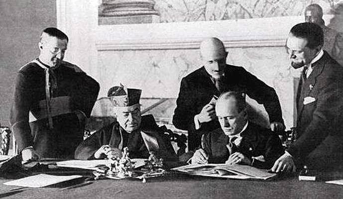 Firma del Pacto de Letrán entre Pio XI y Mussolini