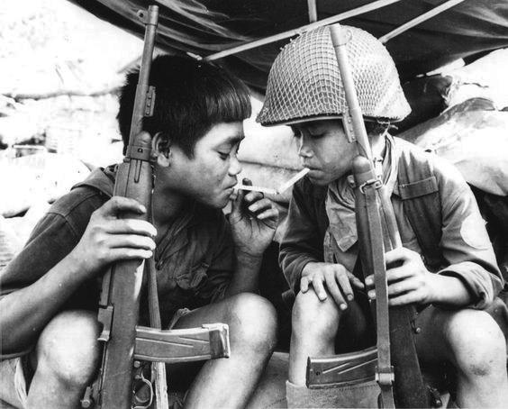 Niños combatientes del Vietcong comparten un cigarrillo, 1967