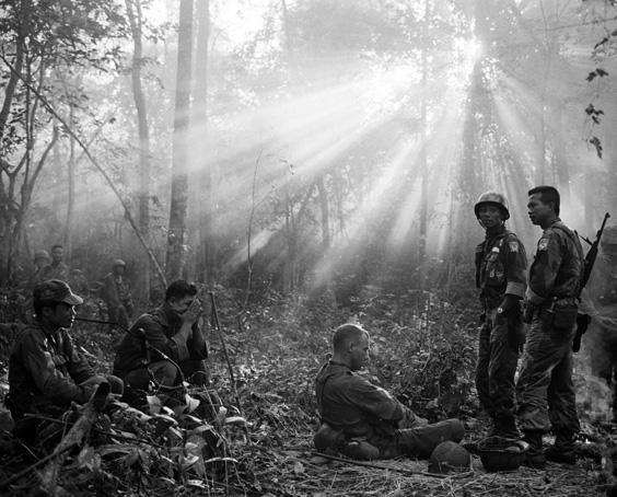 Tropas de Vietnam del Sur y asesores militares de E.U., en la densa selva en las inmediaciones de la ciudad de Binh Gia, 1965